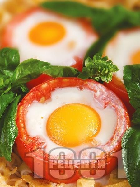 Фетучини с домати, пълнени с яйца и пушен бекон - снимка на рецептата
